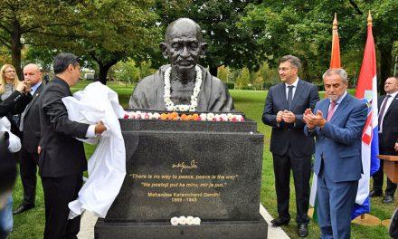 Otkrivanje biste Mahatme Gandhija